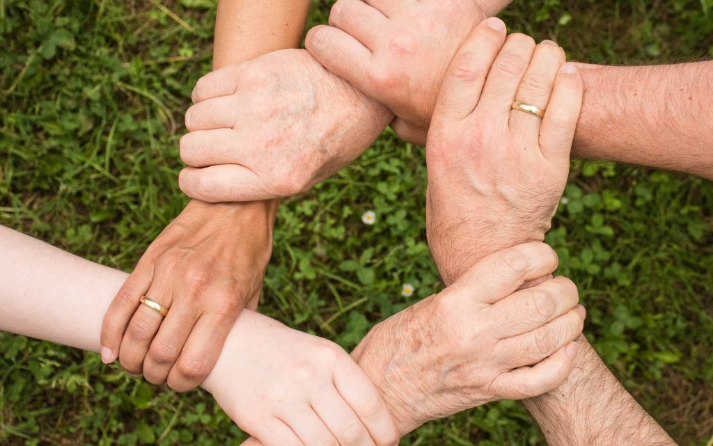 Hände unterstützen sich gegenseitig