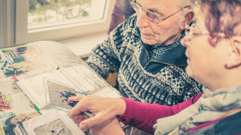 Älterer Herr Und Eine Frau Betrachten Ein Bild