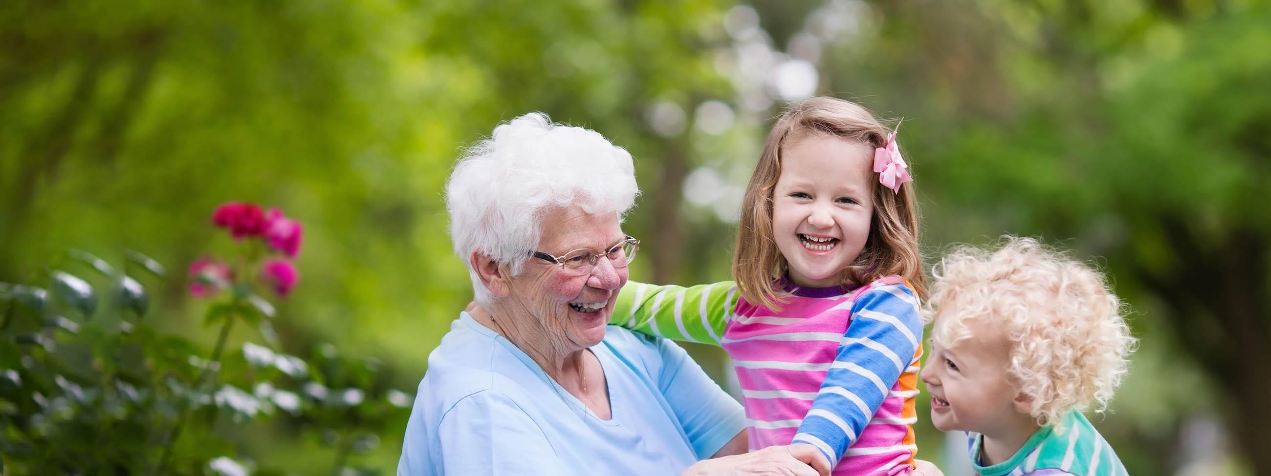 Ältere Dame mit Kindern