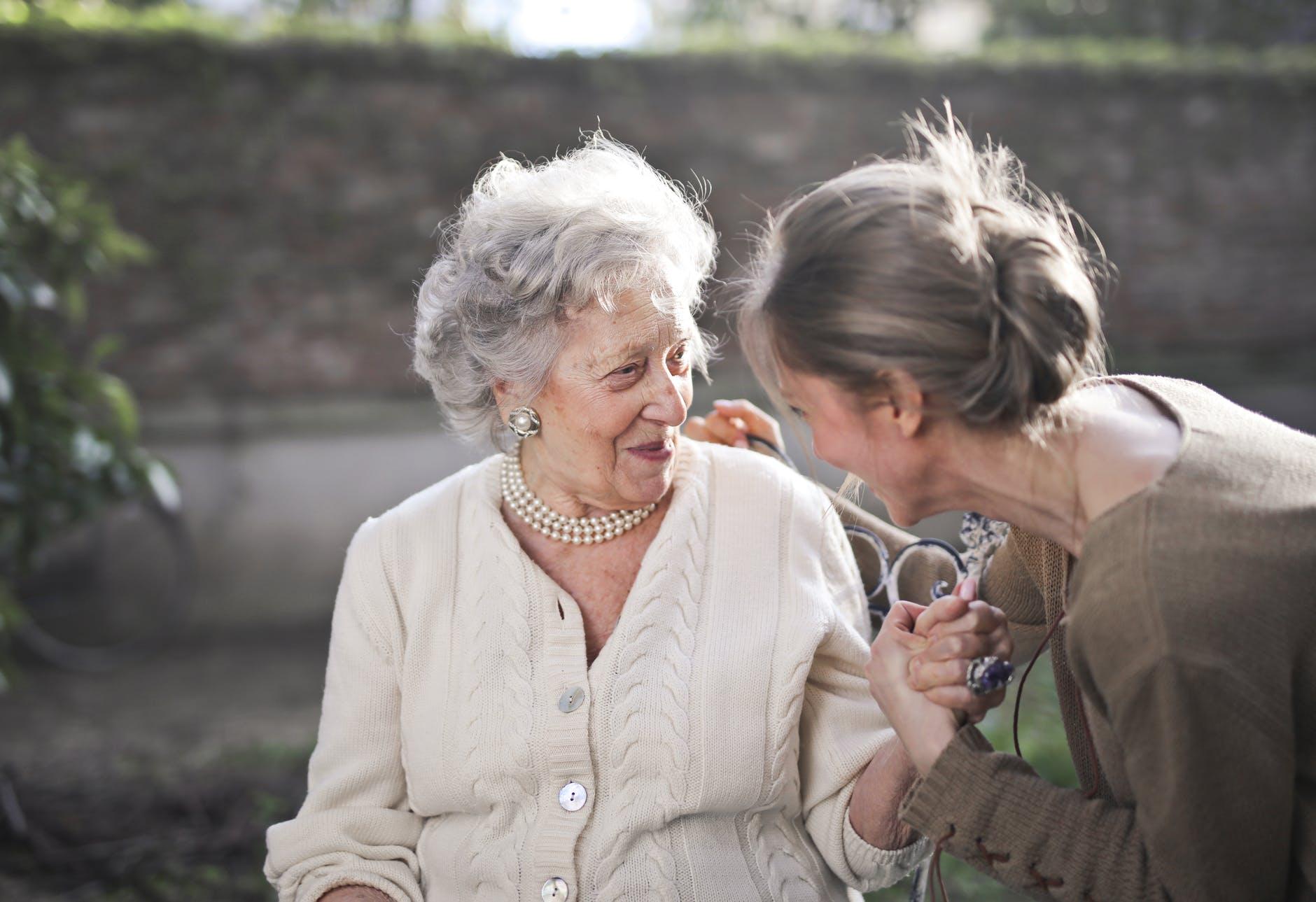 Besuche In Pflegeheimen: Deutsche Alzheimer Gesellschaft Fordert Verbindliche Regelungen Für Alle Einrichtungen